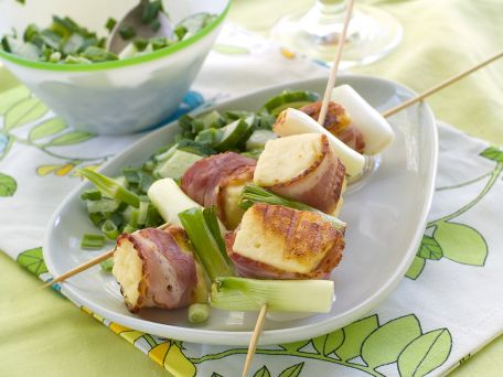 RECIPE MAIN IMAGE Brochettes au lard, au fromage et aux deux raisins