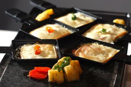 RECIPE MAIN IMAGE Raclette de mozzarella aux noix de Saint-Jacques, aux pois et au pamplemousse rose