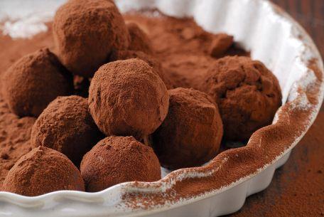 RECIPE MAIN IMAGE Petites truffes au chocolat et aux amandes