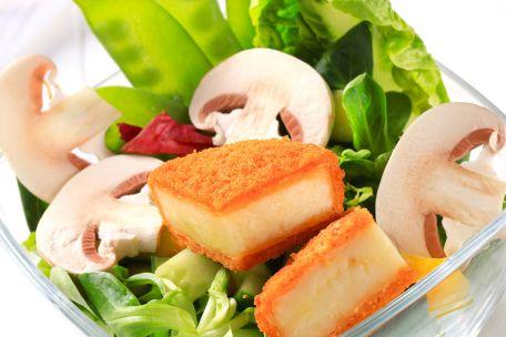 RECIPE MAIN IMAGE Camembert frit sur salade