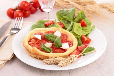 RECIPE MAIN IMAGE Tartelettes à la tomate, à la mozzarella et au basilic