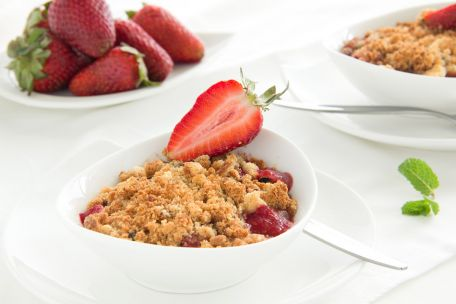 RECIPE MAIN IMAGE Crumble de fraises à la rhubarbe