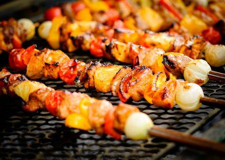 RECIPE MAIN IMAGE Brochettes de porc sucrées salées aux fruits secs