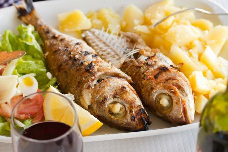 RECIPE MAIN IMAGE Petites pommes de terre à l\'ail et leurs sardines