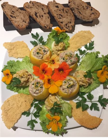 RECIPE MAIN IMAGE Duo d'œufs et citrons fraîcheurs à la sardine, avec leurs fleurs de capucine et tuiles de parmesan