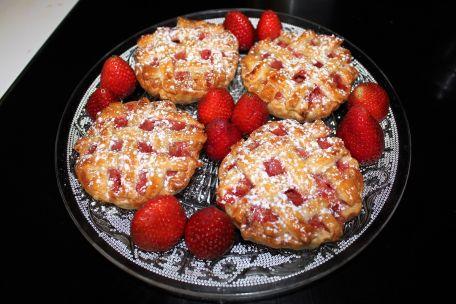 RECIPE MAIN IMAGE Tartelettes feuilletées fraise et rhubarbe