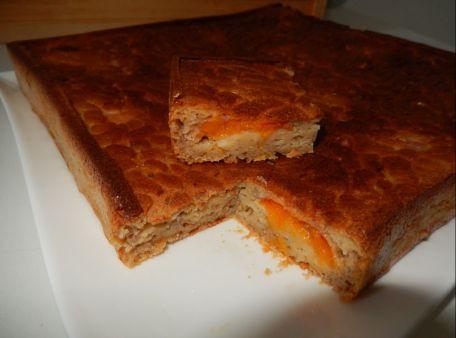 RECIPE MAIN IMAGE Gâteau au yaourt à la banane et abricots