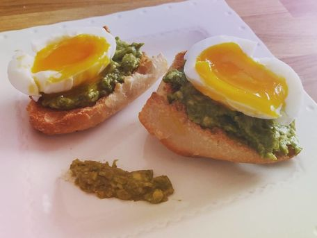 RECIPE MAIN IMAGE Tartines d\'oeuf mollet au pesto d\'avocat