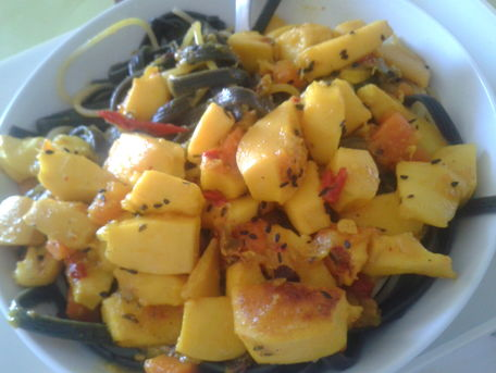 RECIPE MAIN IMAGE Tagliatelles à l'encre de seiche & ses lamelles de seiche à la tomate
