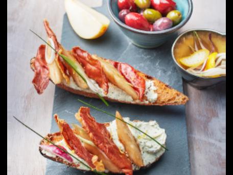 RECIPE MAIN IMAGE Bruschetta de Tartare® Ail Sauvage, poire caramélisée &  croustillant de jambon de Parme