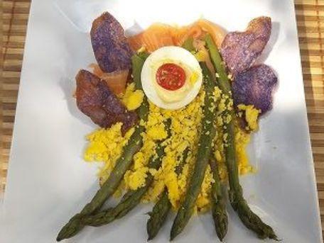 RECIPE MAIN IMAGE Asperges vertes, œuf mimosa et chips de vitelotte
