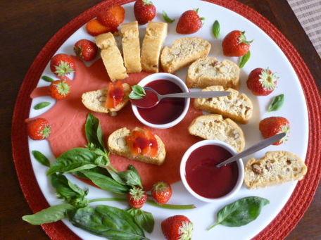 RECIPE MAIN IMAGE Croquants aux amandes avec coulis de fraises et basilic