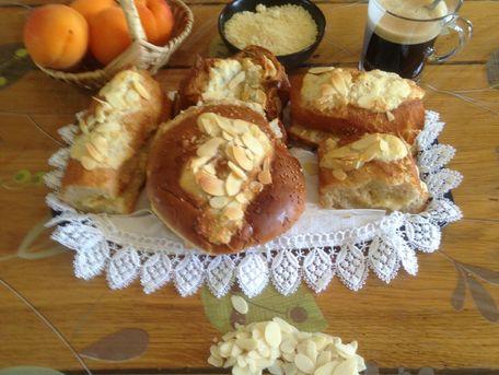 RECIPE MAIN IMAGE Petits pains mélangés façon croissants aux amandes