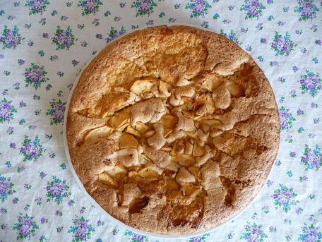 RECIPE MAIN IMAGE Gâteau aux pommes et noisettes