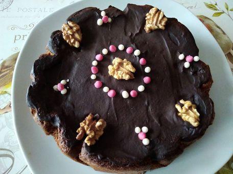 RECIPE MAIN IMAGE Gâteau au chocolat praliné et noix avec un glaçage au chocolat noir