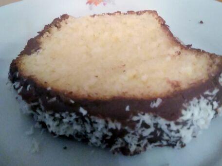 RECIPE MAIN IMAGE Cake au lait concentré sucré, noix de coco et glaçage au chocolat noir