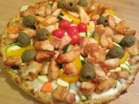 RECIPE MAIN IMAGE Pizza blanche avec une pâte à base de semoule aux légumes et poulet