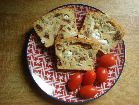 RECIPE MAIN IMAGE Cake au chèvre, tomates séchées et olives
