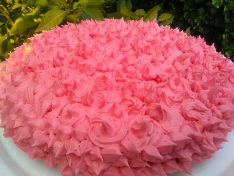RECIPE MAIN IMAGE Gâteau magique au chocolat blanc sur un lit de fraises, décoré de crème au beurre