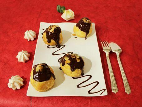 RECIPE MAIN IMAGE Profiteroles crème glacée à la vanille, sauce chocolat