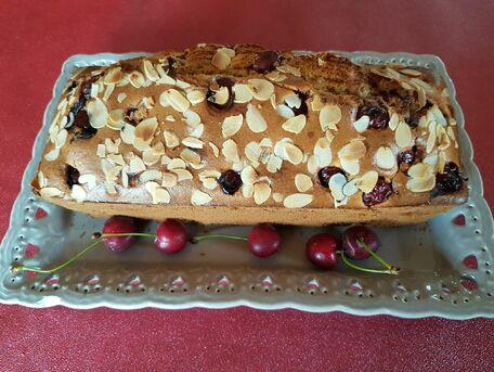 RECIPE MAIN IMAGE Cake aux cerises et amandes