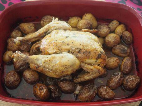 RECIPE MAIN IMAGE Poulet au vin blanc et au citron et leur petites pommes de terre grenailles rôties