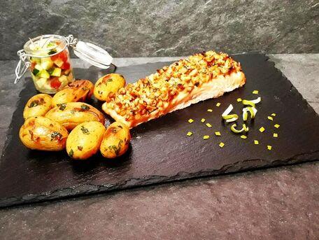RECIPE MAIN IMAGE Saumon en croute de noix et ses pommes de terre grenailles confites accompagné de fraîcheurs croquantes