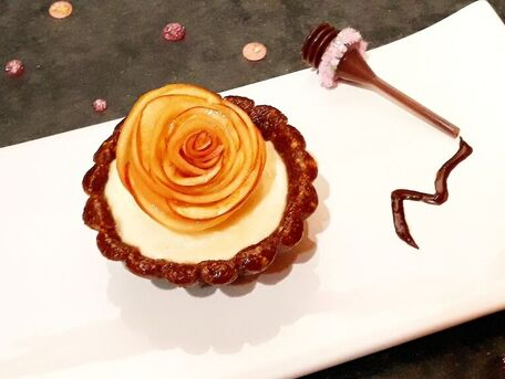 RECIPE MAIN IMAGE Tartelette au spéculoos & amandes crème vanillée et sa rose pomme