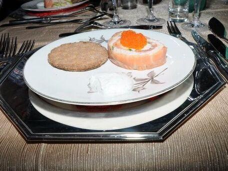 RECIPE MAIN IMAGE Roulé de saumon fumé au crabe sauce aneth .