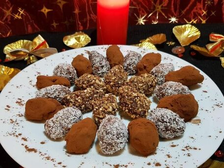 RECIPE MAIN IMAGE Truffes à la noix de coco, au pralin, à la menthe ou cacao