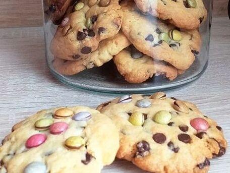 RECIPE MAIN IMAGE Cookies aux pépites de chocolat et smarties