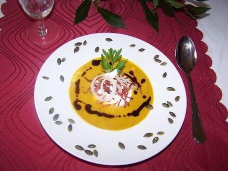 RECIPE MAIN IMAGE Velouté de potimarron  au râpé  de lardons et huile de graines de courge