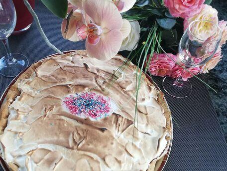 RECIPE MAIN IMAGE Tarte au cassis meringuée et son bouquet de roses de la saint valentin