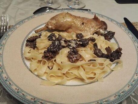 RECIPE MAIN IMAGE Cuisses de poulet aux morilles et au vin jaune