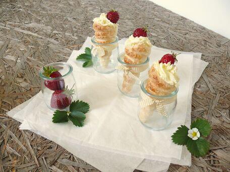 RECIPE MAIN IMAGE Cônes feuilletés au chocolat blanc et fruits rouges