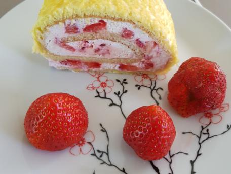 RECIPE MAIN IMAGE Roulé aux fraises chantilly