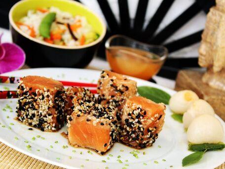 RECIPE MAIN IMAGE Tataki de saumon graines de sésame mi-cuit salé