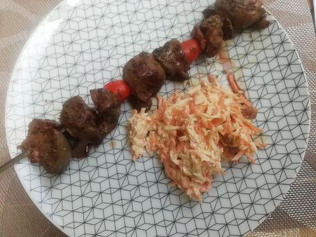 RECIPE MAIN IMAGE Coleslaw et brochettes de tomates cerises et de rognons