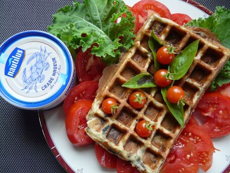 RECIPE MAIN IMAGE Gaufres au crabe, aubergines et mozzarella sur lit de tomates