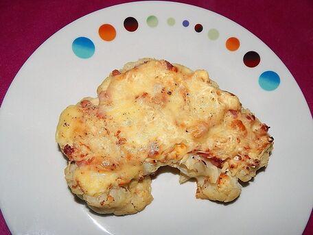 RECIPE MAIN IMAGE Darne de chou-fleur gratinée à la crème de roquefort, aux lardons et à la raclette.