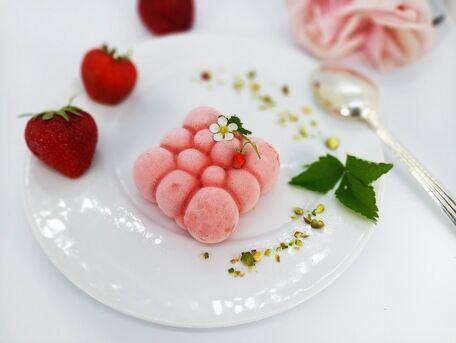 RECIPE MAIN IMAGE Crème glacée aux fraises charlotte