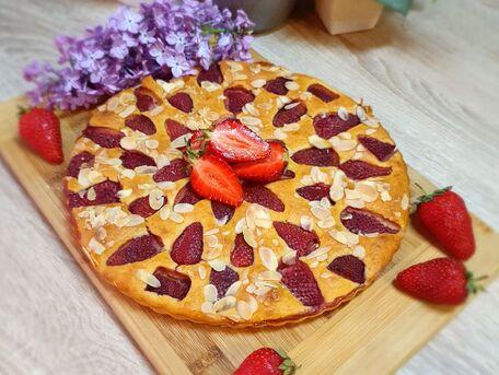 RECIPE MAIN IMAGE Gâteau au lait ribot, fraises et amandes