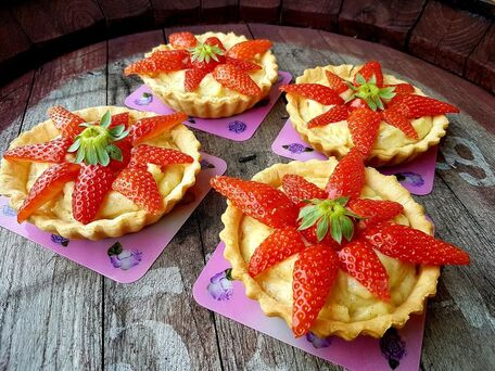 RECIPE MAIN IMAGE Tartelettes aux fraises et à la crème pâtissière vanillée