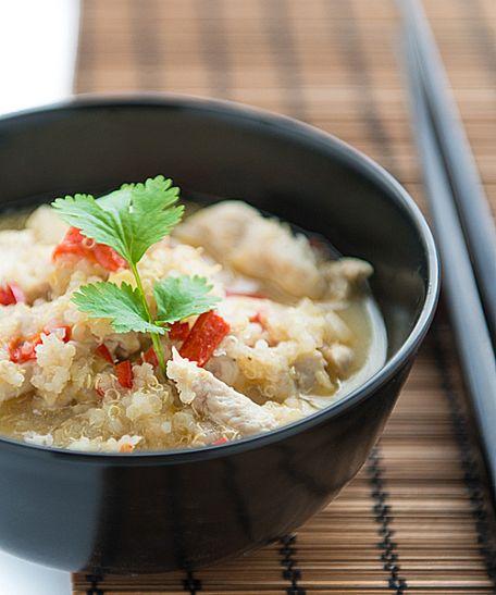 RECIPE MAIN IMAGE Soupe de noix de coco thaï aux crevettes et ailes de poulet.