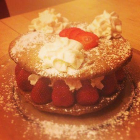 RECIPE MAIN IMAGE Gâteau gourmand fraises amandes