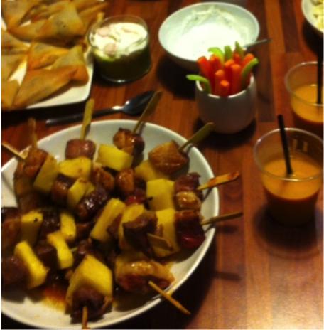 RECIPE MAIN IMAGE Petites brochettes apéritives porc caramélisé et ananas