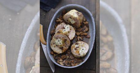 RECIPE MAIN IMAGE Rôti de pintade farcie aux fruits secs et Bresse Bleu suprême, sauce champignons