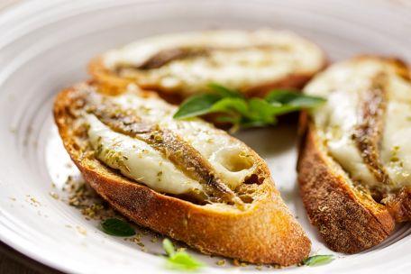 RECIPE MAIN IMAGE Tartine chaude sardine / poivron rouge / mozzarella di buffala