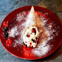 Crêpe en cornet chantilly et confiture de fruits rouges.