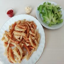 Frites maison à la belge avec bien sûr mayonnaise,  ketchup et salade